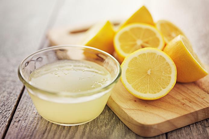 Beneficios de beber agua de limón.