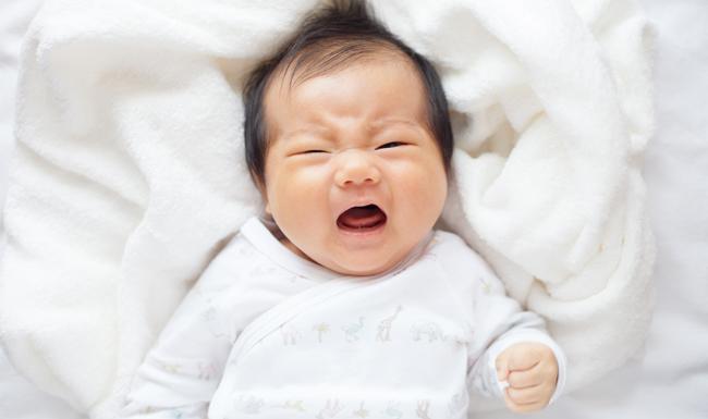 Cómo hacer que un bebé deje de llorar por la noche cuando está cuidando niños