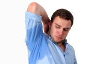 Cómo prevenir el sudor de las axilas, manos, pies y cara de los hombres