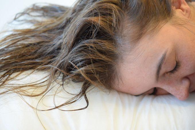 Que mala es dormir con el pelo mojado