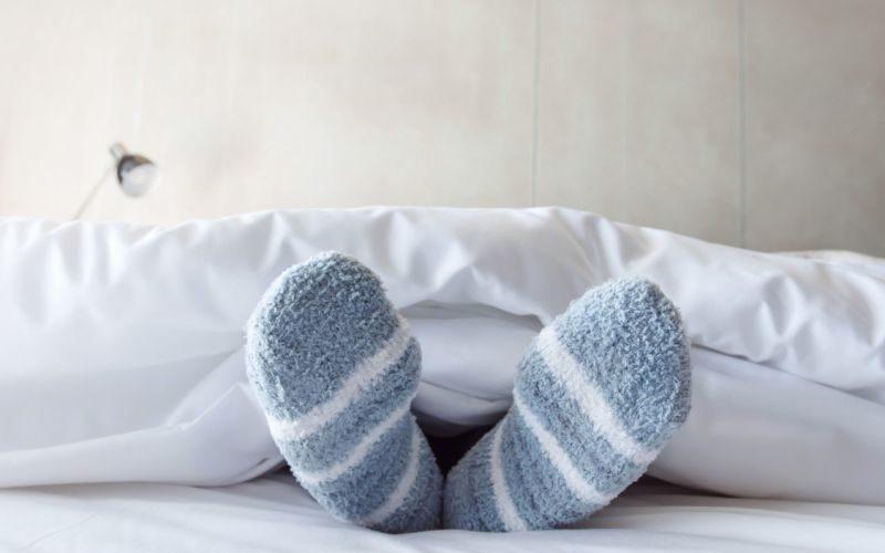 deshacerse de pies y manos frías naturalmente en la noche en la cama