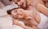 seducir sexualmente a un hombre en la cama con ojos y caricias